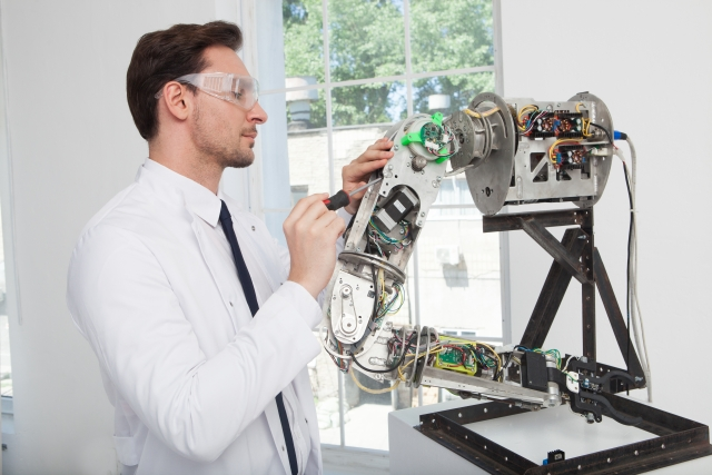 白衣の男性とロボットのイメージ画像